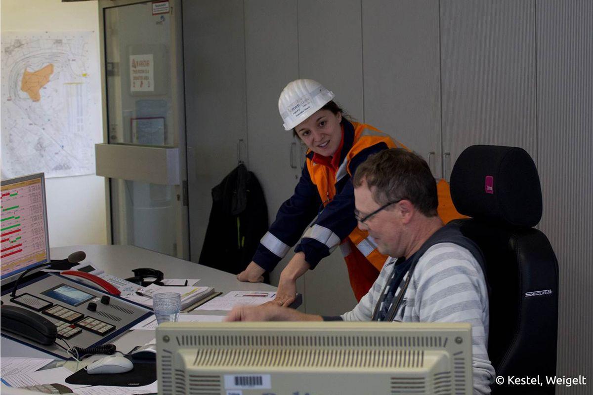 Franziska Fabeck, Bergbauingenieurin bei RWE, im Gespräche mit Kollegen vom Tagebau Hambach. Bildquelle: Kestel, Weigelt