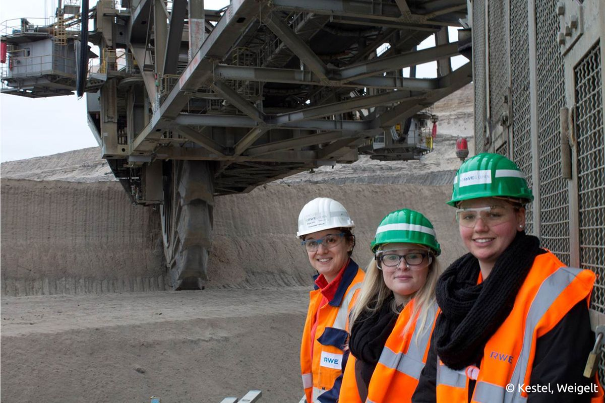 Franziska Fabeck, Bergbauingenieurin bei RWE, bei einer Führung im Tagebau Hambach der Technikjournalismus Studentinnen. Bildquelle: Kestel, Weigelt