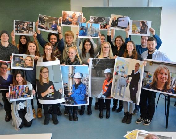 Mehrere Studierende halten Plakateauf denen die Ingenieurinnen zu sehen sind hoch