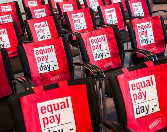 """Rote Taschen auf denen steht """"equal pay day"""" Bild: Businessfotografie Inga Haar / BPW Germany e.V."""