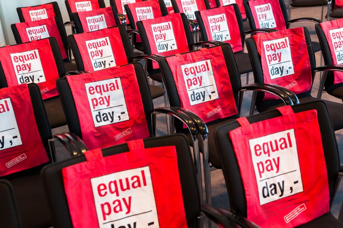 """Rote Taschen auf denen steht """"equal pay day"""" /Quelle: Businessfotografie Inga Haar / BPW Germany e.V."""