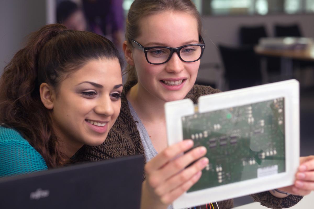 Zwei Studentinnen betrachten eine Platine. /Quelle: Kompetenzzentrum Technik-Diversity-Chancengleichheit e.V. | Ort: zdi-Schülerlabor coolMINT.paderborn