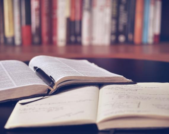 Zwei aufgeschlagene Bücher. /Quelle: Pixabay.de | lil_foot_