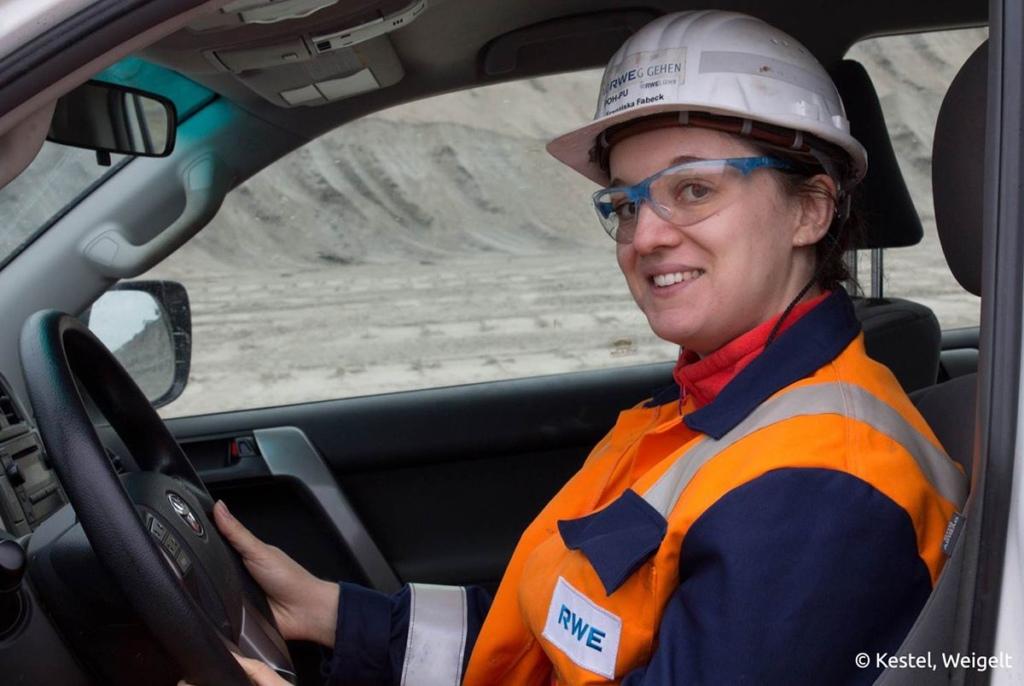 Franziska Fabeck arbeitet seit 2015 im Tagebau Hambach/RWE Power. An der TU Bergakademie Freiberg hat sie Bergbau studiert und ist jetzt Bergbauingenieurin. /Bildquelle: Kestel, Weigelt