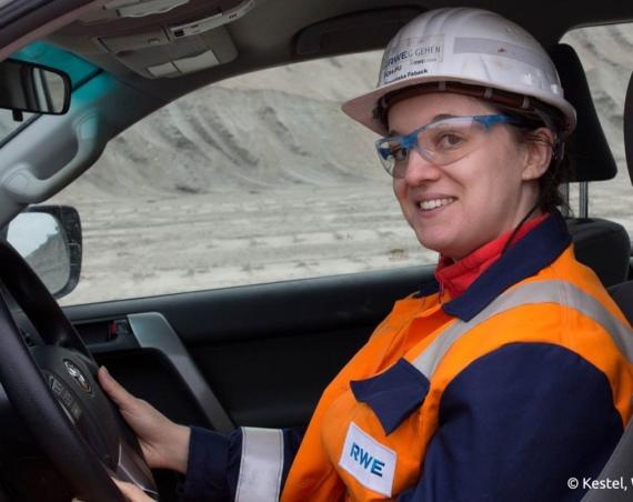 Franziska Fabeck arbeitet seit 2015 im Tagebau Hambach/RWE Power. An der TU Bergakademie Freiberg hat sie Bergbau studiert und ist jetzt Bergbauingenieurin. /Quelle: Kestel, Weigelt