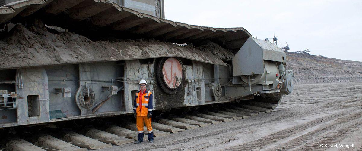 Franziska Fabeck, Bergbauingenieurin bei RWE, erklimmt den Führerstand von Bagger 287 im Tagebau Hambach. /Bildquelle: Kestel, Weigelt