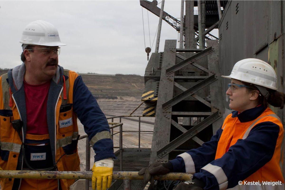 Franziska Fabeck, Bergbauingenieurin bei RWE, spricht mit Schichtleider des Baggers 287 im Tagebau Hambach. /Bildquelle: Kestel, Weigelt