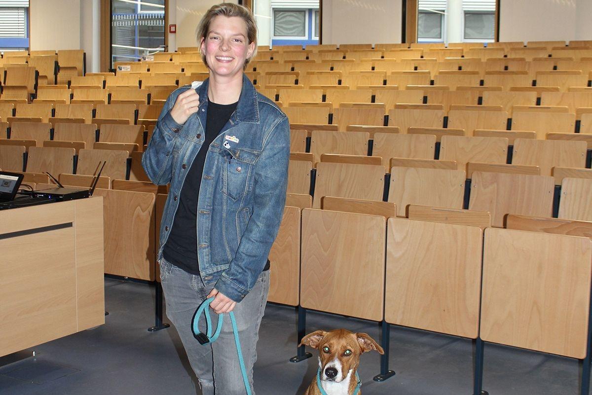Laura Kampf mit ihrem Hund Smudo. /Quelle: Schneider