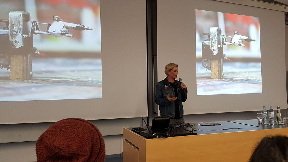 Laura Kampf erzählt von ihren bisherigen Projekten. /Bildquelle: Nina Kim Leonhardt