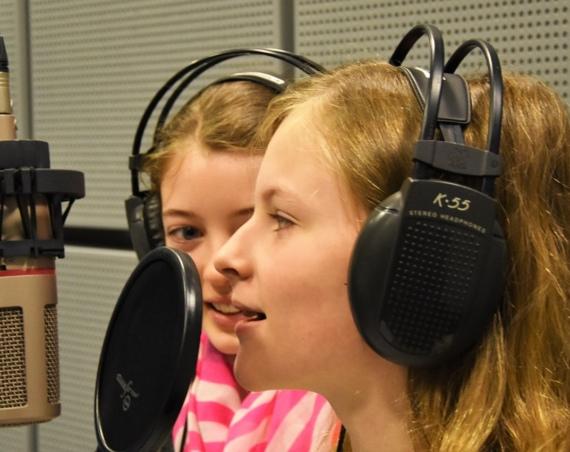 Mädchen und Jungen erforschen Schalwellen im zdi-Ferienlabor an der Hochschule-Bonn-Rhein-Sieg. /Bild: Sven Flessing