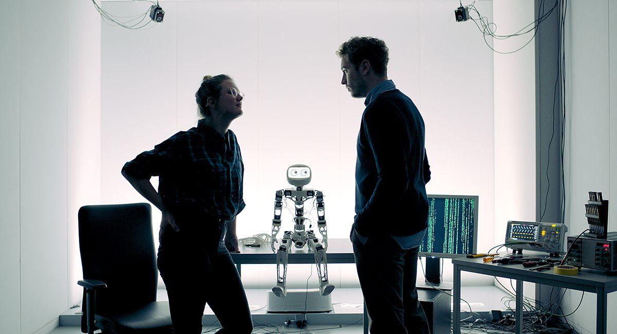 Mit einem Lügendetektor-Roboter verhört Juli ihren Ex-Freund Thorsten. /Bildquelle: Technically Single