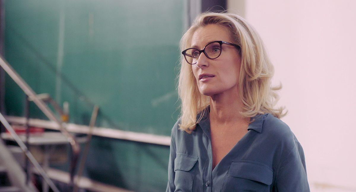 Maria Furtwängler spielt Julis Professorin für Regelungstechnik und ermutigt sie, sich von ihren Problemen nicht unterkriegen zu lassen. /Bildquelle: Technically Single