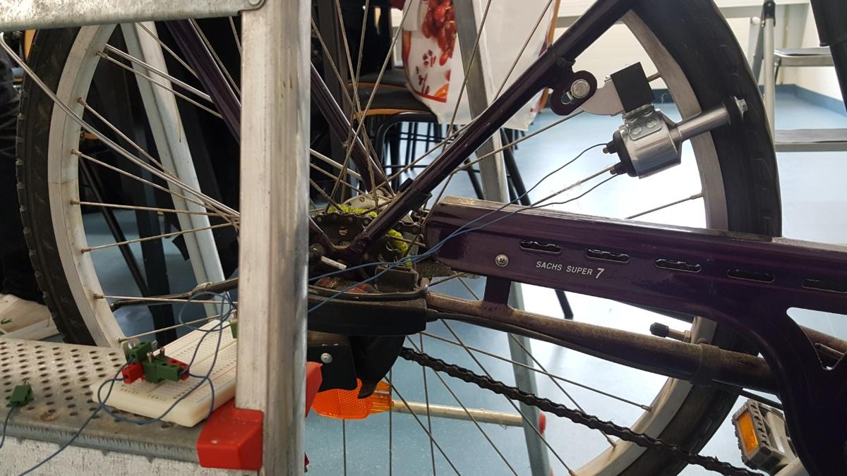 Das Fahrrad wird verkabelt, um die Energie zu speichern.