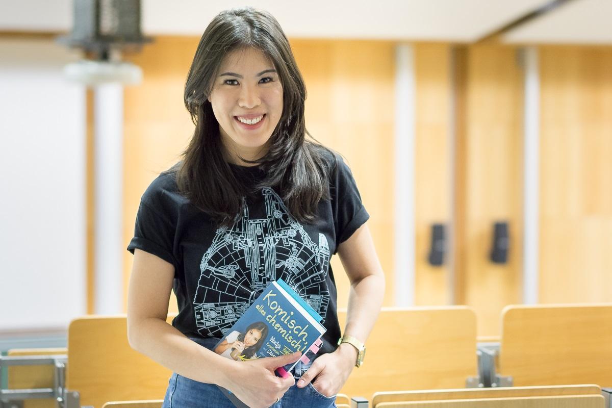 Mit langen schwarzen Haaren und einem Millenium Falken Shirt: Das ist Mai Thi Nguyen-Kim, Chemikerin und Wissenschaftsjournalistin. /Quelle: Michely
