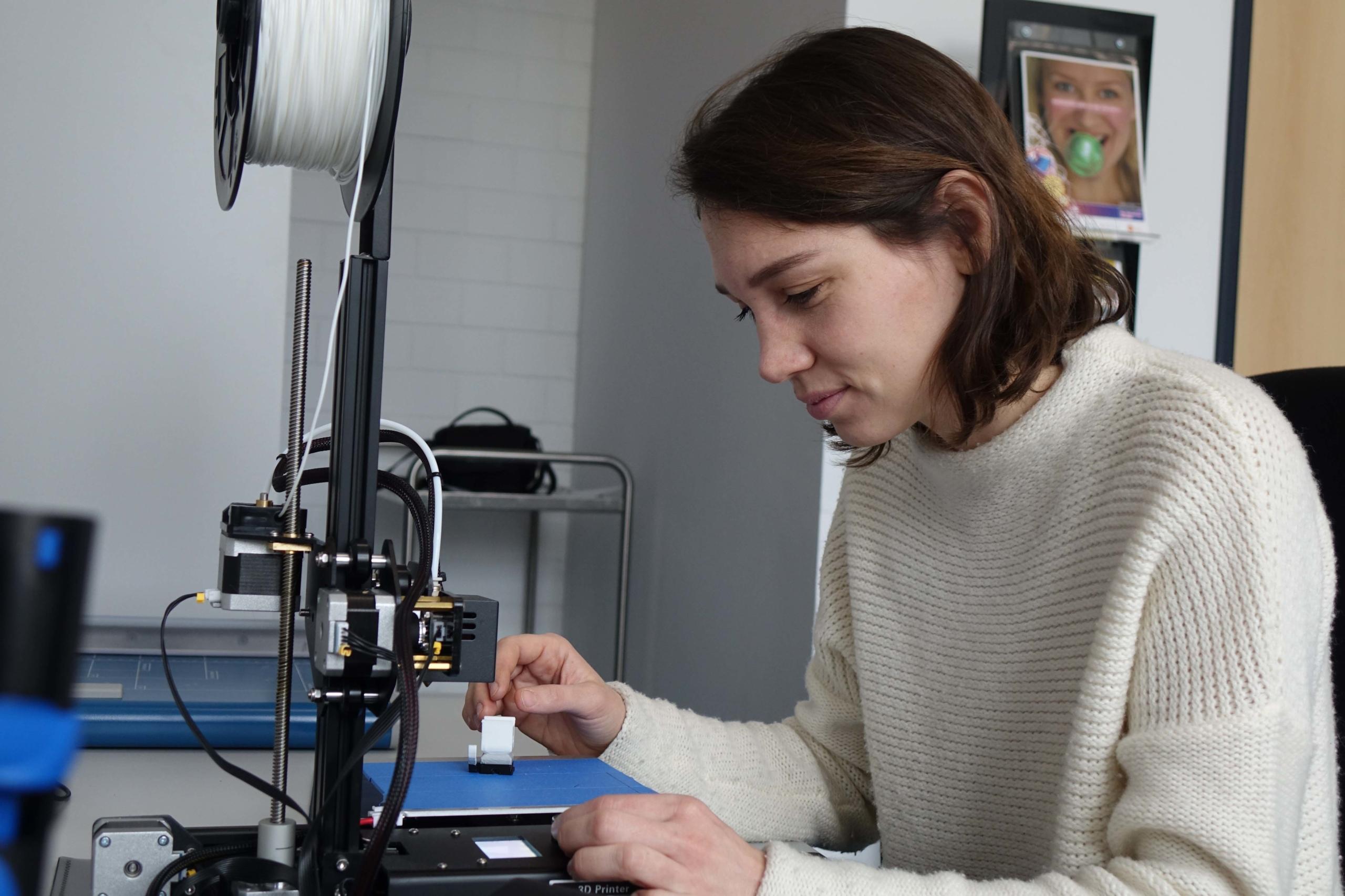 Gesche Neusel arbeitet am 3D-Drucker