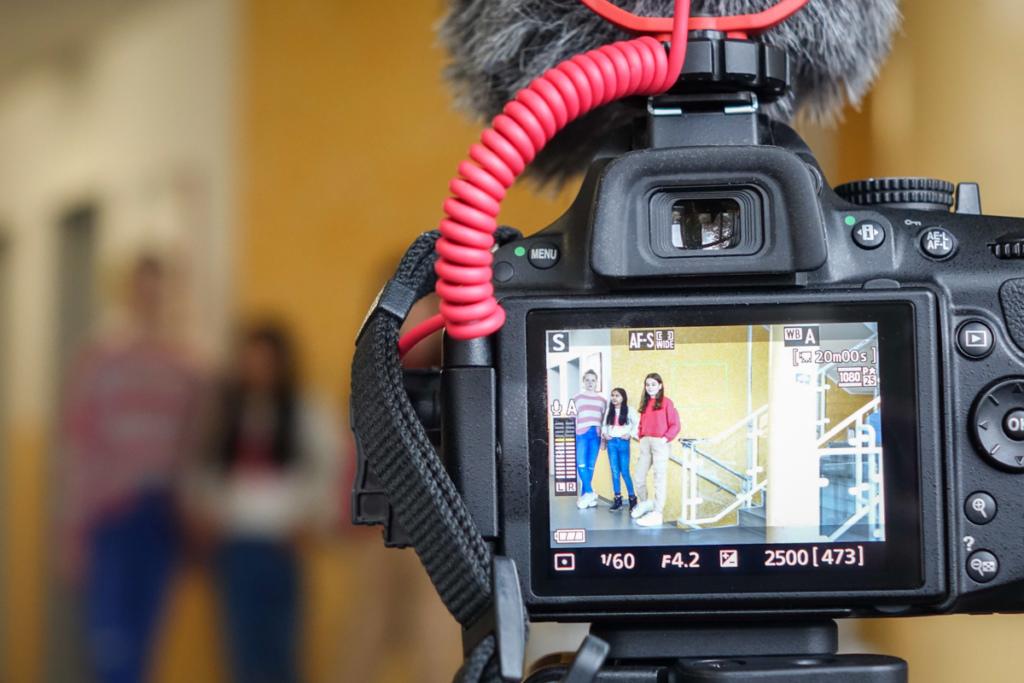 Die Schülerinnen drehen mit Spiegelreflexkameras, professionellen Mikrofonen und Video-Stativen. / Quelle: Zacharias