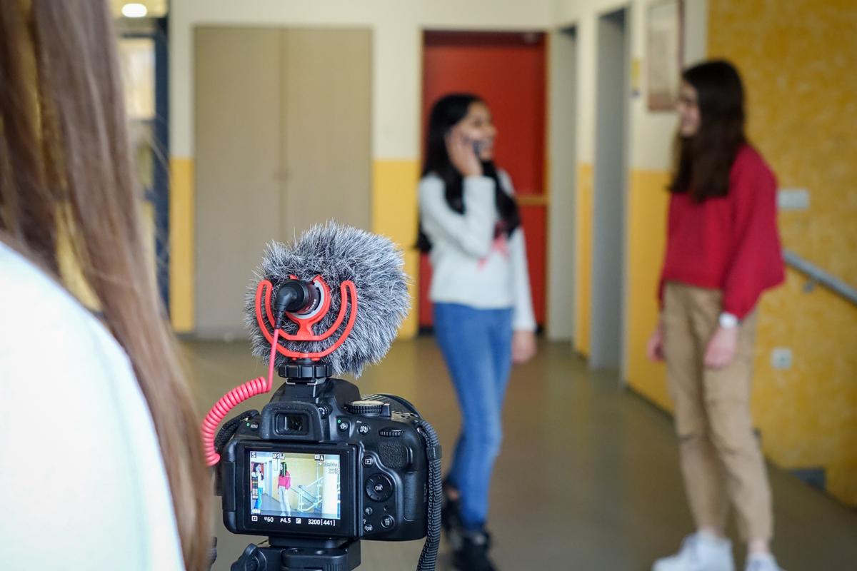 Ob Drohne, Rakete oder Kameratechnik - die Schülerinnen sind mit vollem Engagement dabei. / Quelle: Zacharias