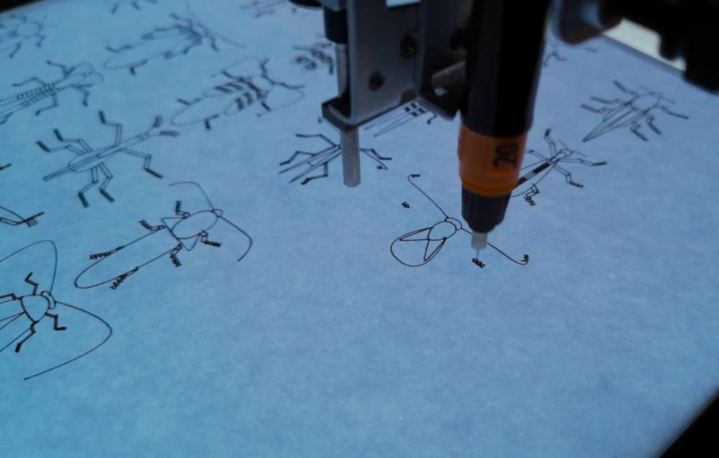 Stiftplotter zeichnet einen Käfer auf Papier