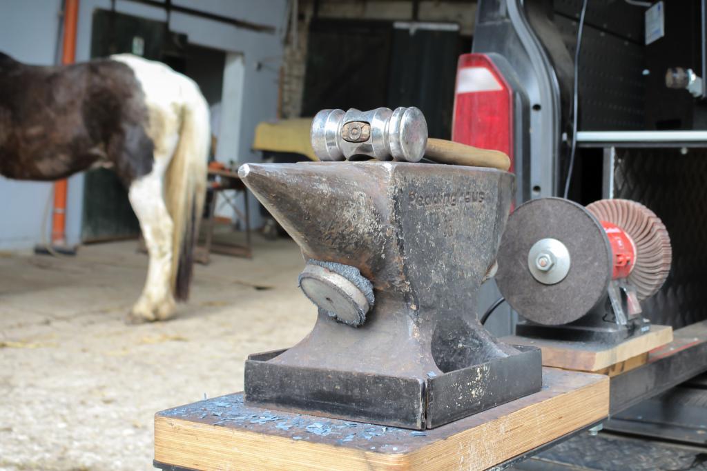 Ein Hammer liegt auf einem Ambos.
