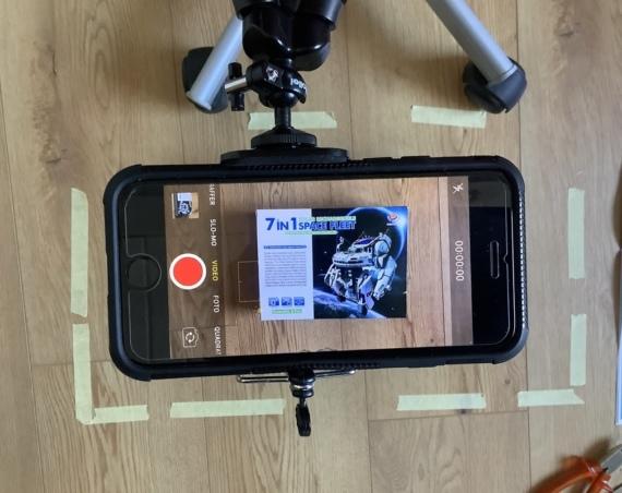 Mit Ministativ und Stuhl hat Elly ihr Video von oben gefilmt. /Quelle: Elly