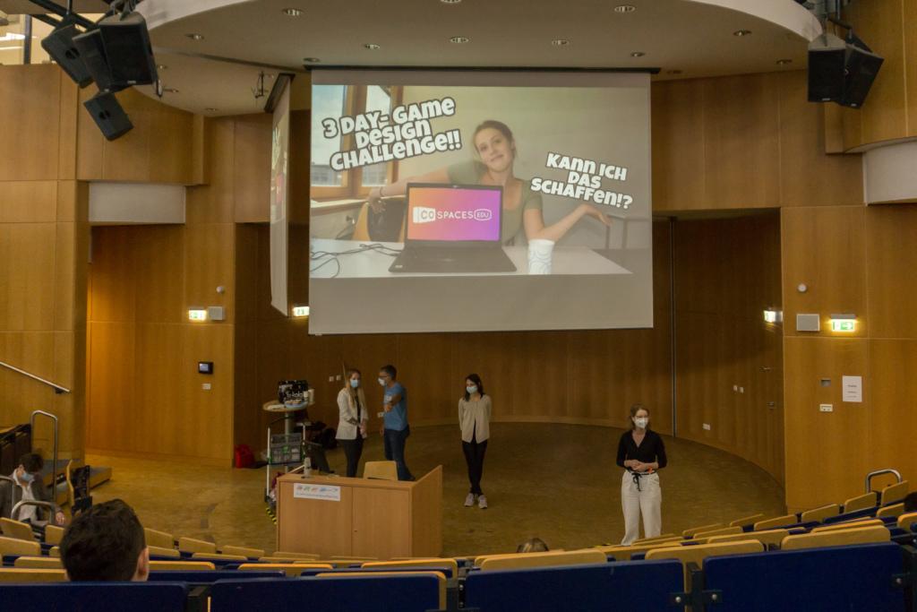Letzte Vorbereitungen vor dem Filmfestival im Audimax Hörsaal der Hochschule Bonn-Rhein-Sieg
